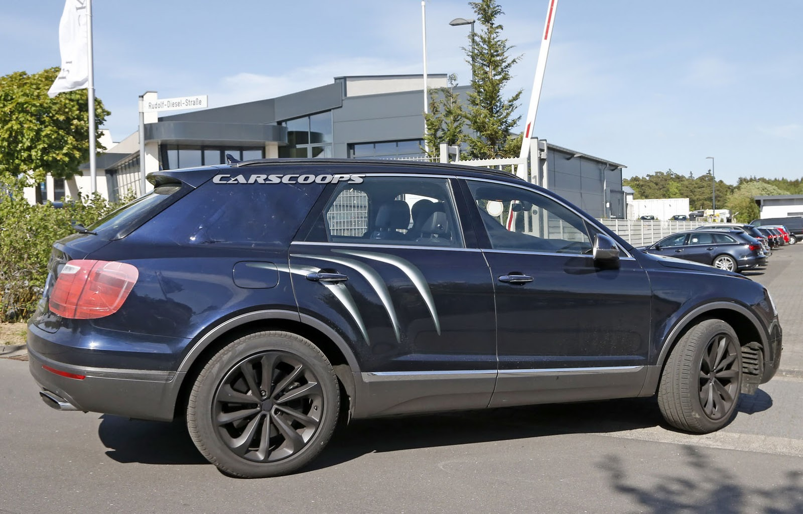 2016 Bentley Bentayga (SUV) 31