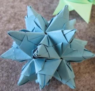 http://lasmanualidades.imujer.com/2010/06/28/como-hacer-estrellas-de-origami