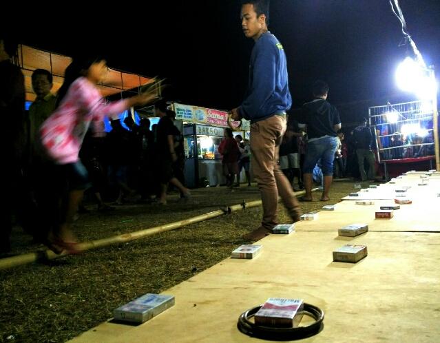 permainan-pasar-malam-lempar-gelang-rokok