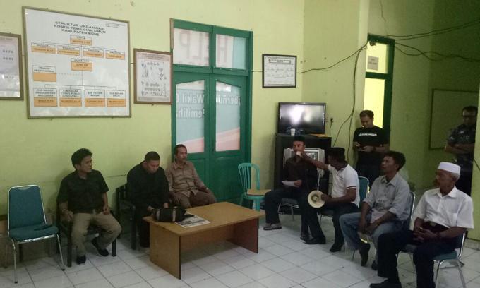 Puluhan Massa Pendukung Umar-Madeng Demo di Kantor KPU Bone