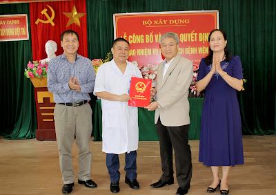 Thứ trưởng Bùi Phạm Khánh trao quyết định cho đồng chí Đỗ Hoàng Long