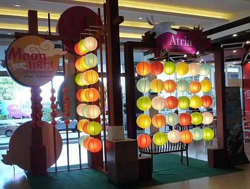 25e3eb04f A month before the Mid-Autumn Festival which fell on 15 September 2016 this  year, the shopping malls have started to decorate their malls with lanterns.