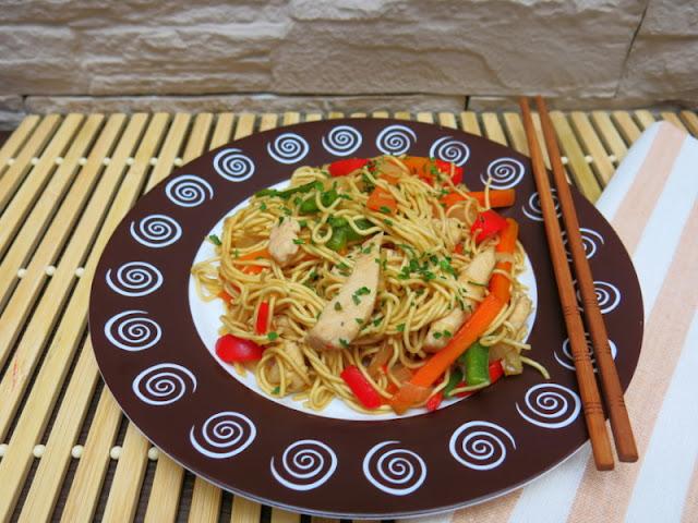 Fideos con pollo en salsa teriyaki