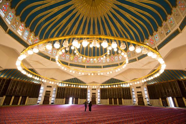 Pareja en el interior de la Mezquita