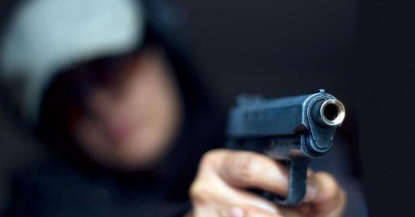15χρονος μαθητής σημαδεύει με όπλο καθηγήτρια μέσα στην τάξη: «Κατέβασε το κεφάλι σου...» (βίντεο)