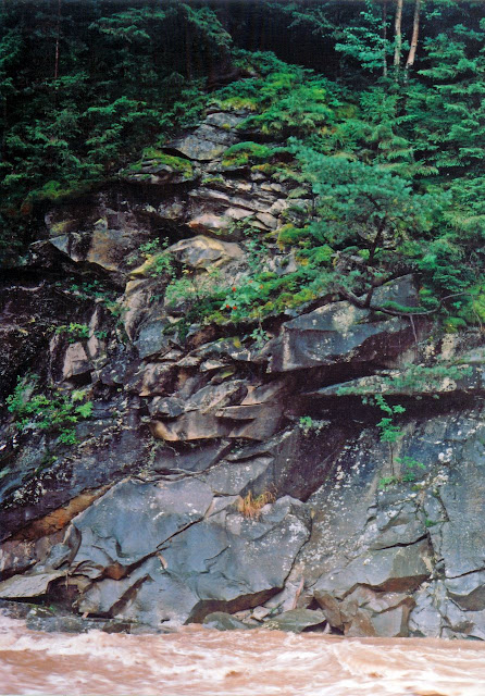 Скалы на берегу Прута