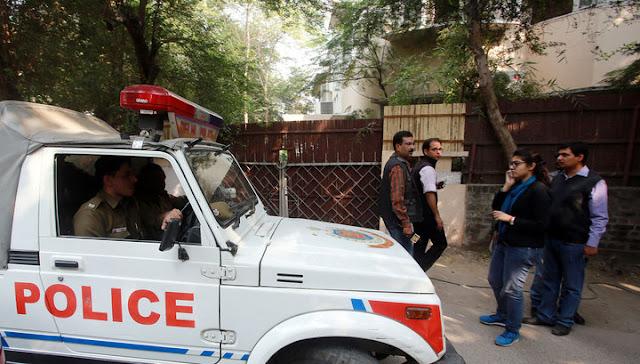 В Индии озверевшая толпа избила пару туристов из Швейцарии