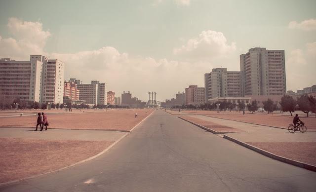 Apesar de ser a maior cidade da Coreia do Norte, com uma população de cerca de 2,58 milhões de pessoas, Pyongyang parece estar completamente deserta.