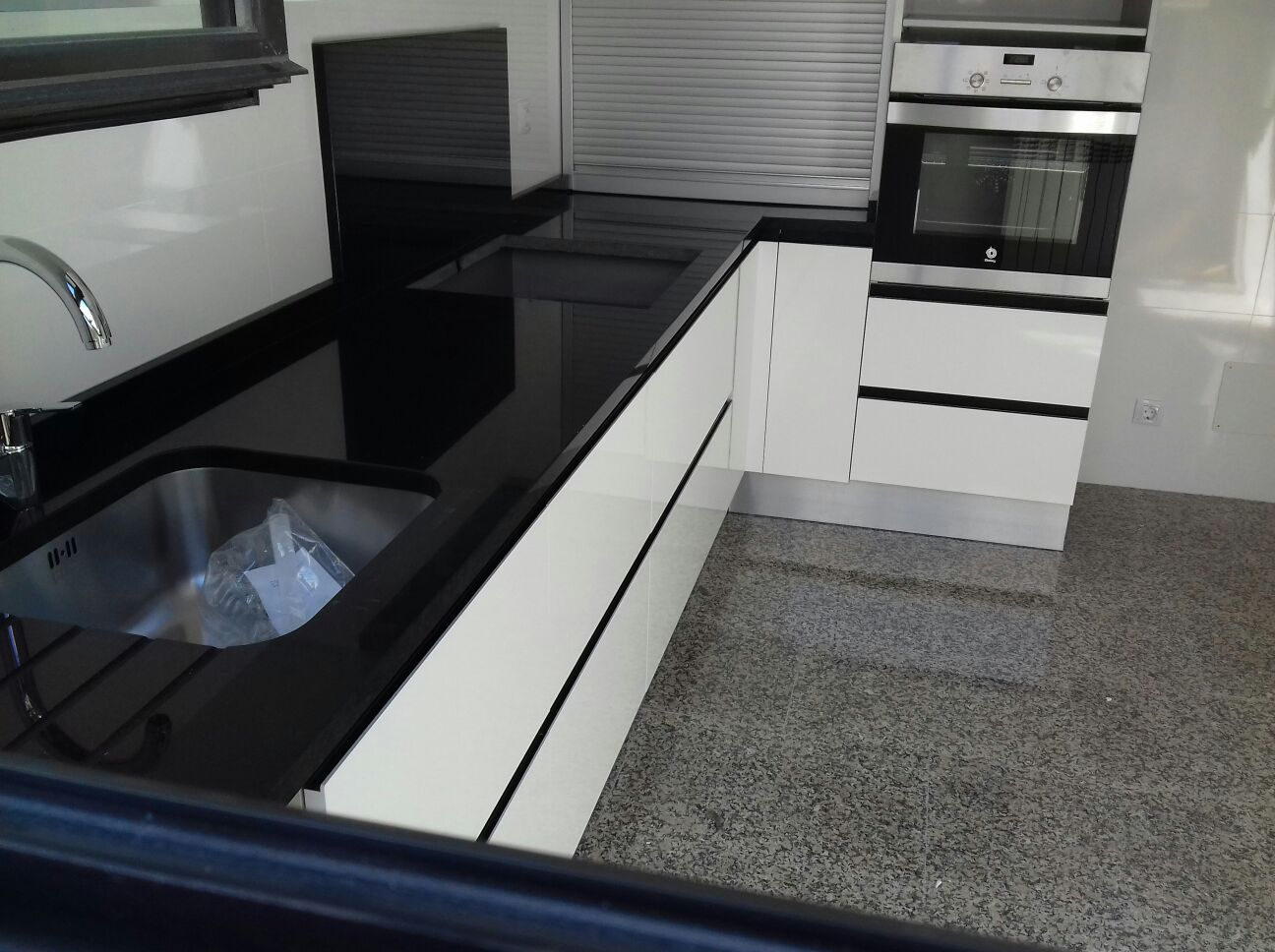 Encimera granito negro encimera de bao elaborada con for Encimera cocina marmol o granito
