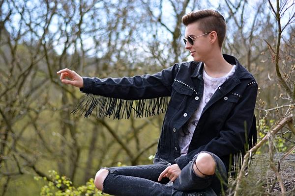 modeblogger mit entenshirt und fransen
