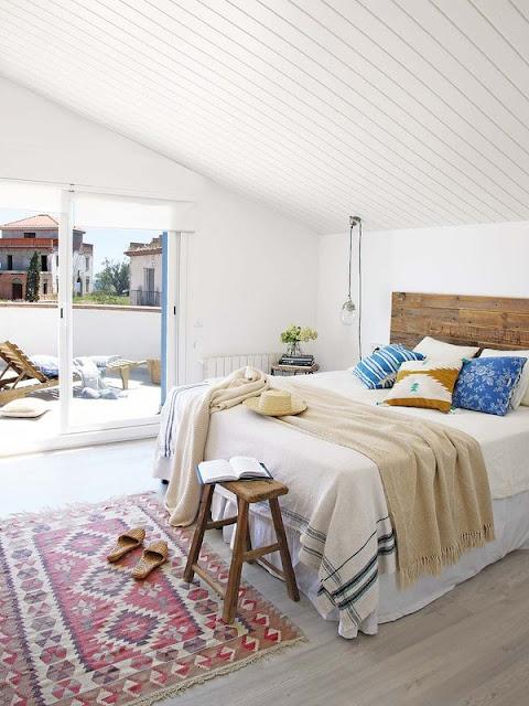 dormitor mediteranean alb la mansarda