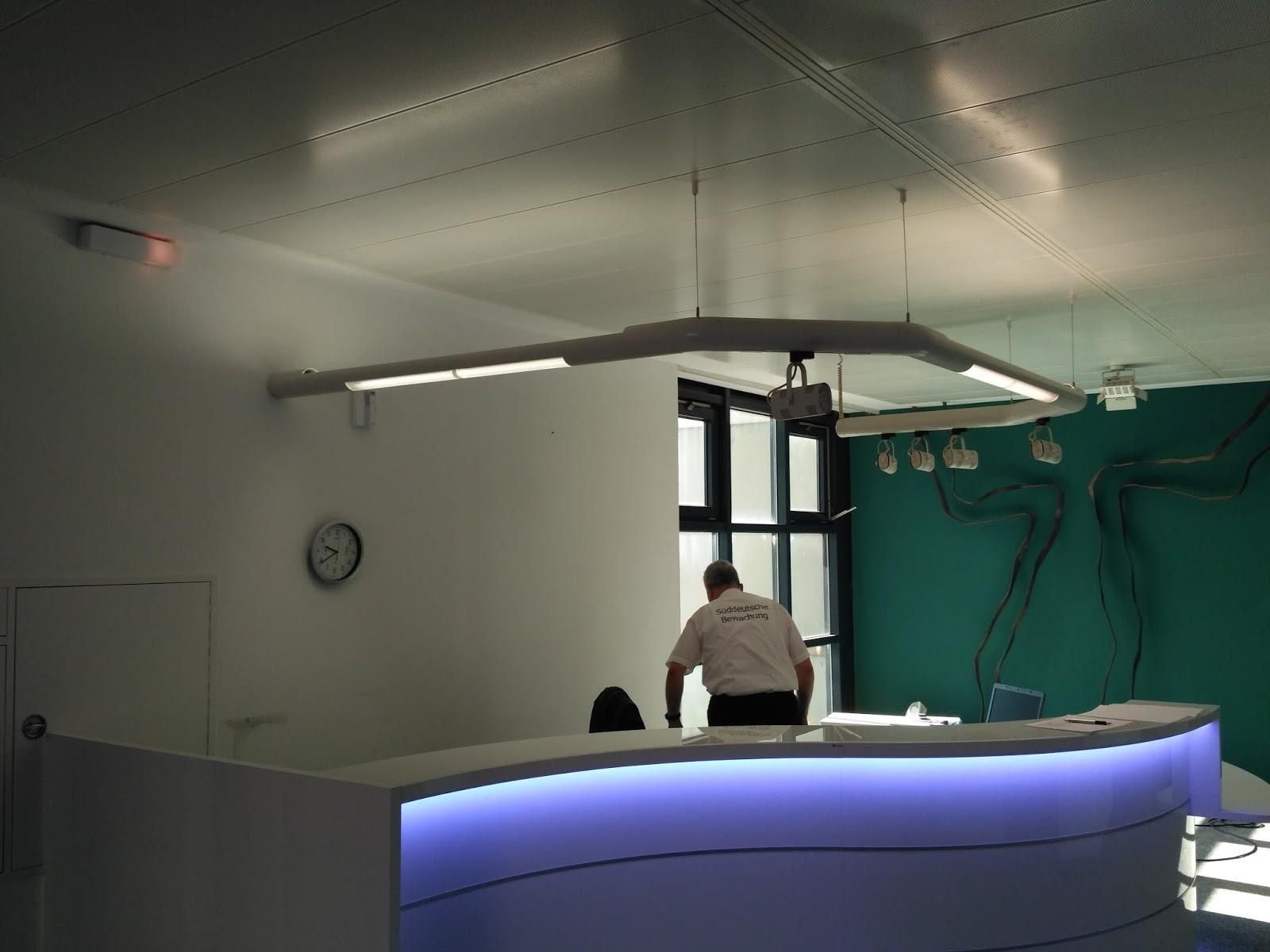 Colour up your office !: Weiße Empfangstheke in Wellenform mit ...