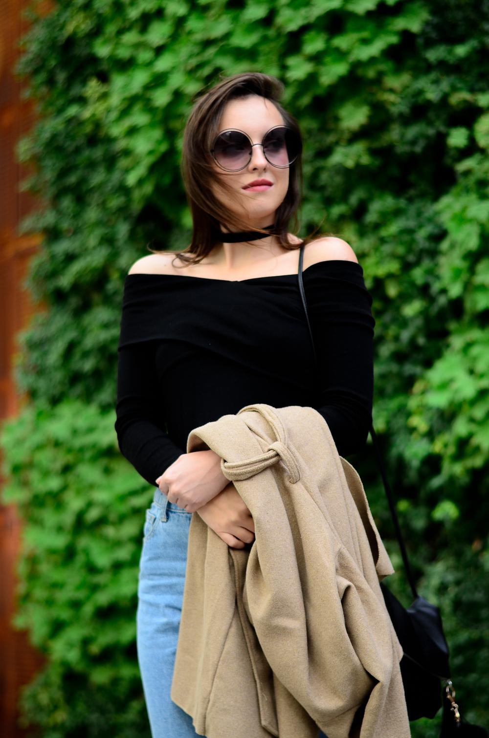 choker moda blog płaszcz odkryte ramiona bluzka