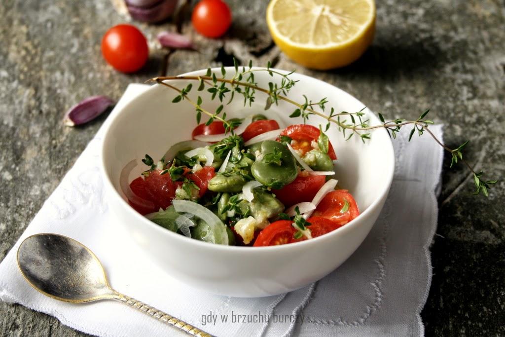 bób z pomidorami i cebulą