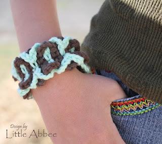 http://littleabbeepatterns.blogspot.com/2013/04/summer-days-bracelet.html