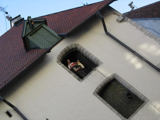 Мужик на окне