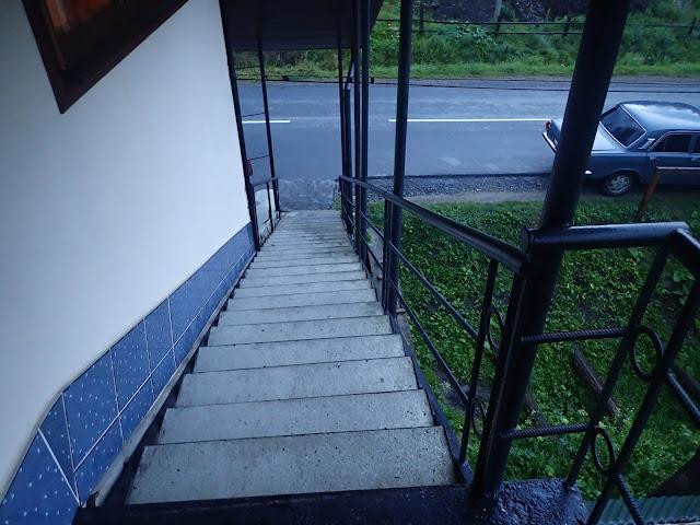 """""""Odbijające"""" schody do pokoju"""