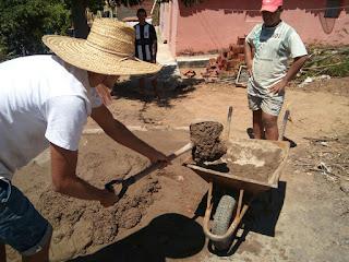 Resultado de imagem para Pedreiros trabalhando na construção de casas de antigamente