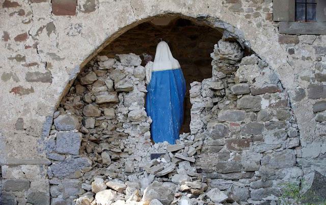 Imagen de la Virgen rescatado de las ruinas del cementerio de San Ángel en Amatrice.  Recuperación de la esperanza a la gente en la desesperación