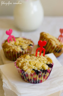 (Kokosowe muffiny z borówkami i kruszonką