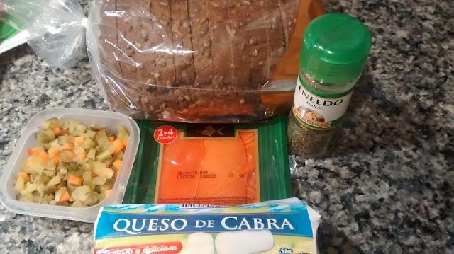 Smorrebrod de queso, salmón y pepinillos
