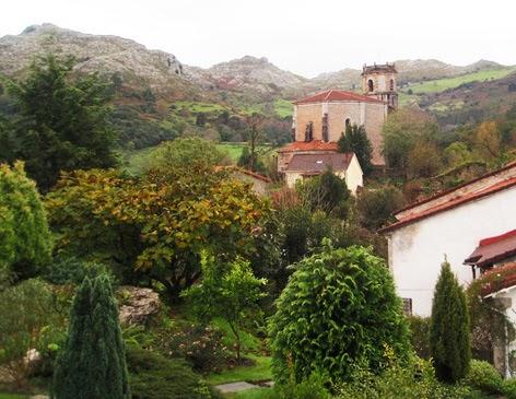 vista del jardín con el pueblo al fondo