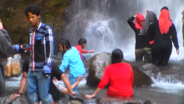gadis berjilbab merah mandi di air terjun Cipamingkis