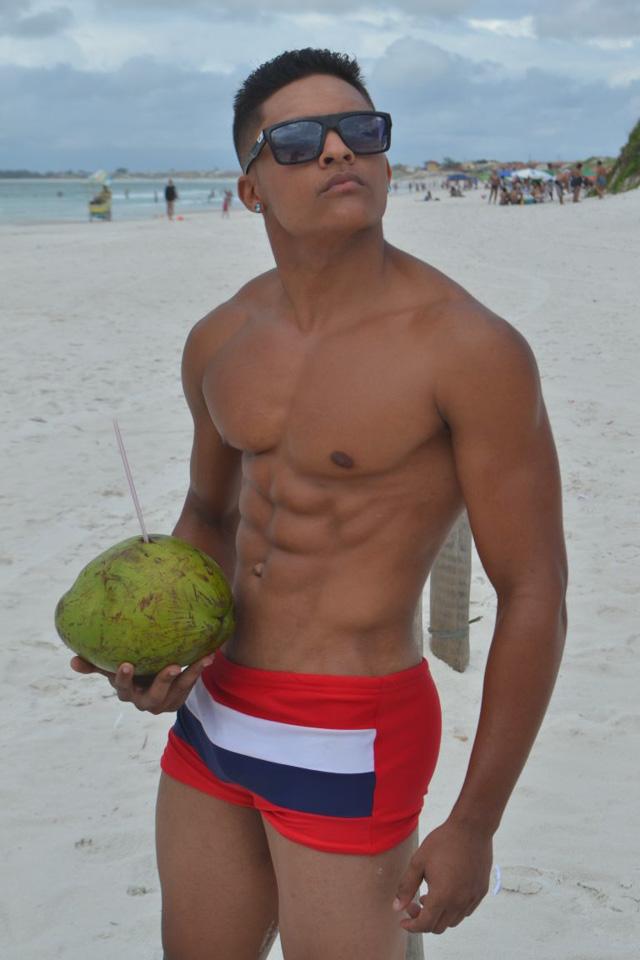 Atleta Body Shape, Richard Pereira mostra o corpo sarado em praia de Cabo Frio. Foto: Sidney Boock