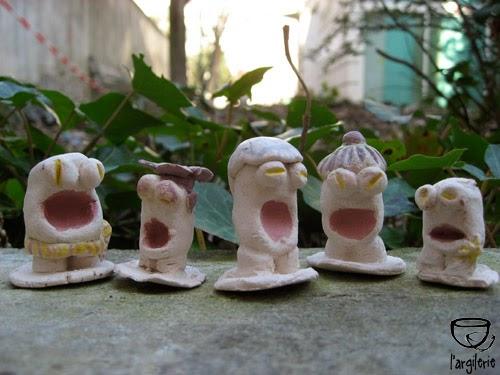 Pièces en grès blanc modelées et peintes à l'engobe (terre colorée) par les enfants. Stage de poterie à l'Argilerie 75019 Paris