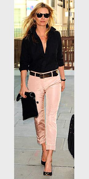 Look à recréer : Kate Moss, pantalon rose et chemisier noir, façon rock star