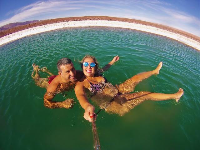 Era difícil tirar foto na água hahahaha - Lagunas Escondidas, Atacama