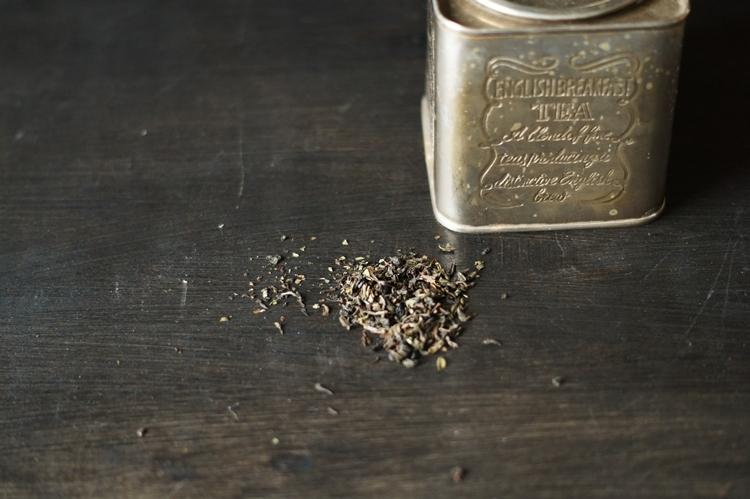 Blog & Fotografie by it's me! - Typisch für ... mein Frühstück - versilberte Teedose und schwarzer loser Tee