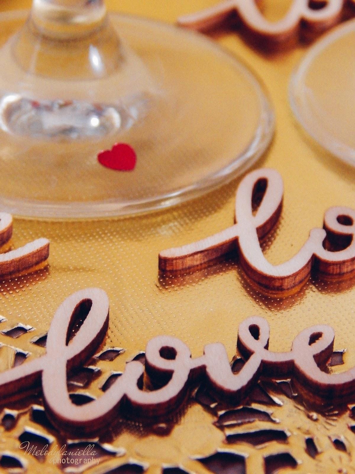 11 partybox złote ażurowe serwetki drewniane napisy love dodatki na walentynki konfetti serca błyszczące talerze talerze z efektem marmuru złote sztućce dekoracje ozdoby na stoł
