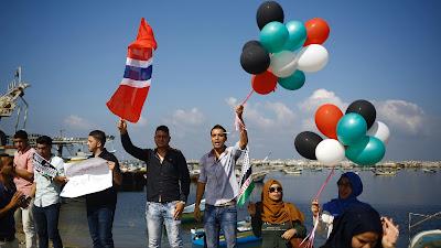 Palestinos muestran desde el puerto de Gaza su solidaridad con una flotilla de activistas internacionales que trata de romper el bloqueo israelí, 5 de octubre de 2016.