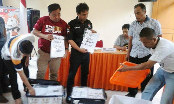 Tiba di KPU Sinjai, Berkas Dukungan IYL-Cakka Langsung Dipilah