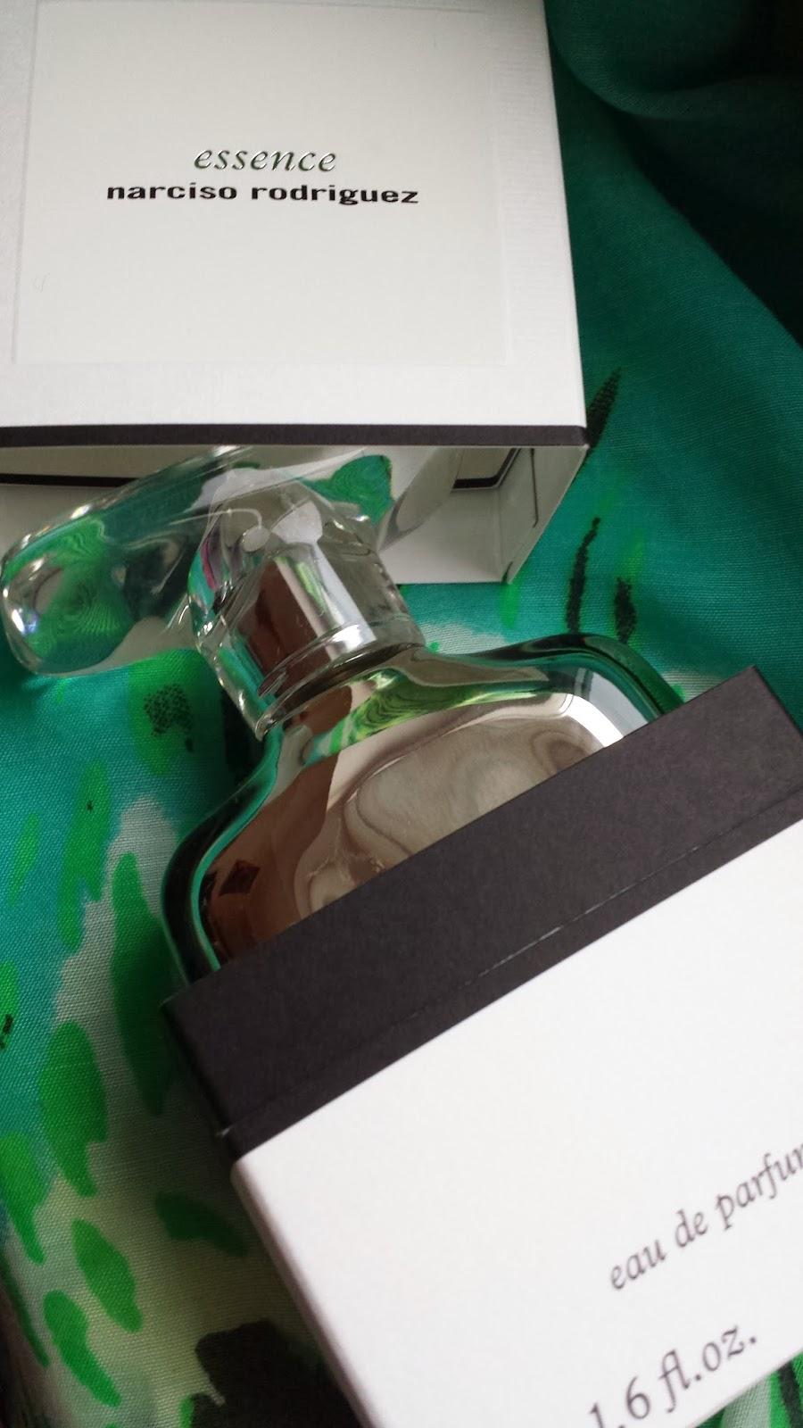 enterwonderland narciso rodriguez essence moschus steht im mittelpunkt einer luftig leichten. Black Bedroom Furniture Sets. Home Design Ideas