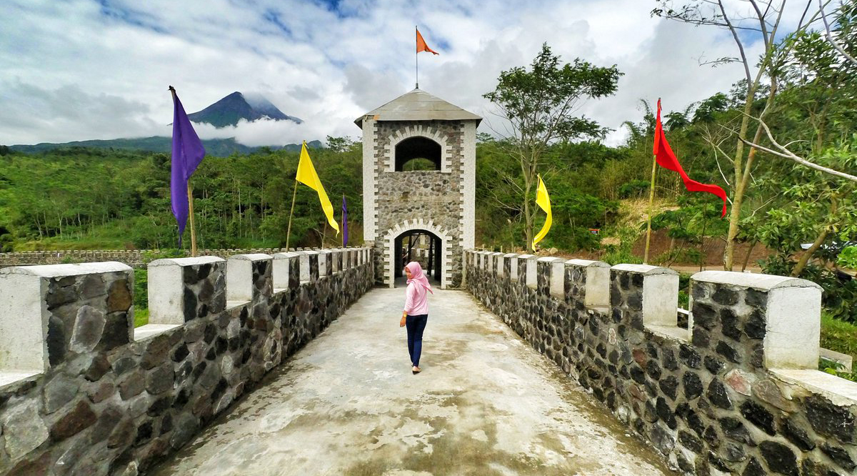 The Lost World Castle cewek hijab wisata Jogja menarik