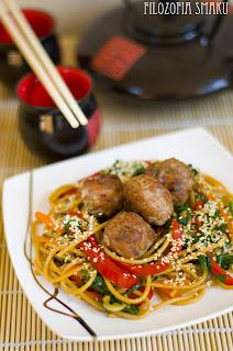 (Chińskie spaghetti z klopsikami
