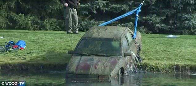 Mobil sang kakek yang berhasil di derek keluar dari dasar telaga