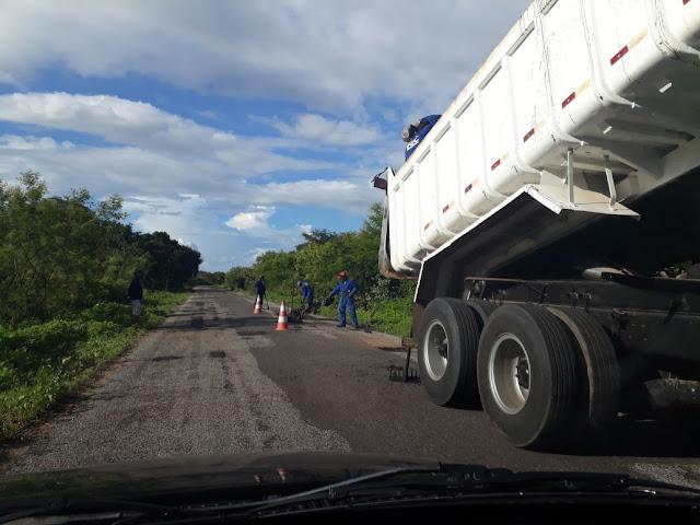 Após várias reivindicações, operação tapa buracos inicia na RN que liga Viçosa à Portalegre