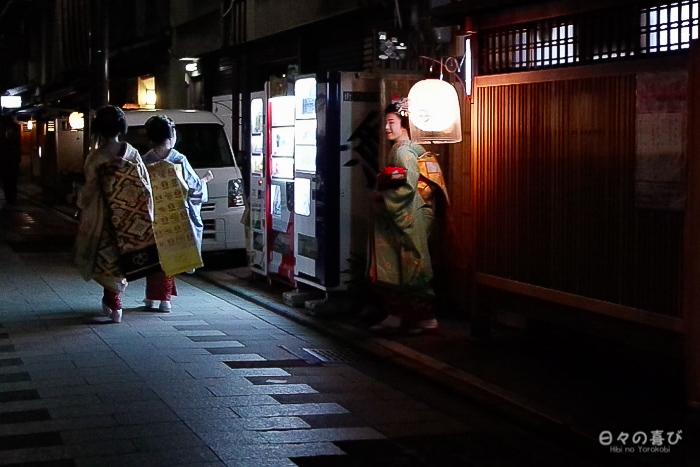 rencontre de trois maiko dans la rue, Gion, Kyoto