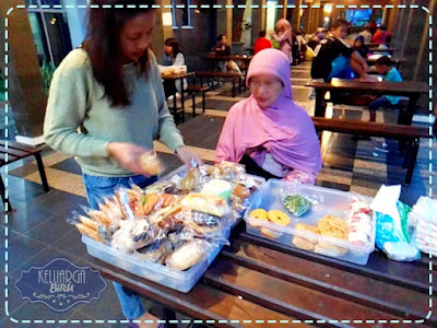 Ibu Dijah Penjual Kue di Perpus UB