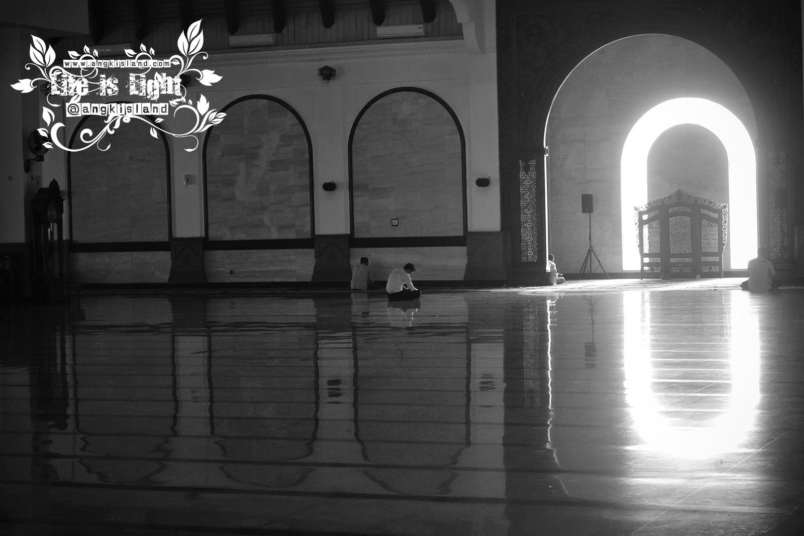 Sholat di Masjid Agung Jawa Tengah
