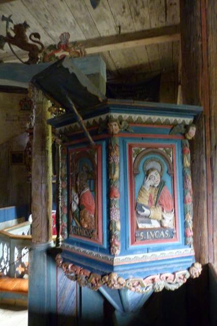 preekstoel in kerkje openluchtmuseum Lillehammer