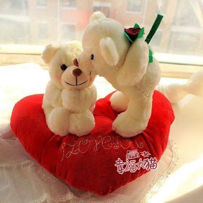 Wallpaper Gambar Boneka Beruang Putih di Atas Bantal Love