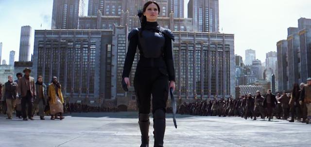 Katniss Everdeen în confruntarea finală cu preşedintele Snow din The Hunger Games: Mockingjay Part 2
