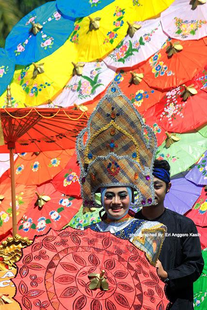 Busana batik kontemporer dipadukan dengan tradisional.