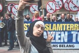 زكية بلخيري فتاة مسلمة تغيظ متظاهرين ضد الاسلام