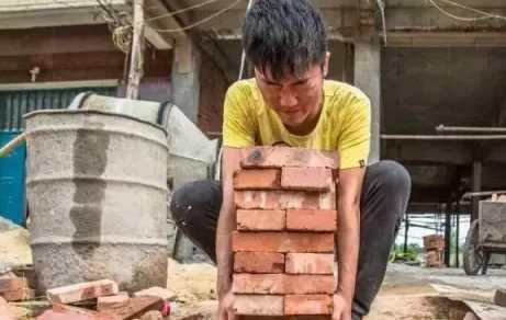 Demi Kakaknya Ia Bekerja Sebagai Kuli Bangunan, 10 Tahun Menghilang Ternyata?