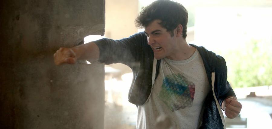 Ben Winchell rupe un zid în filmul Max Steel